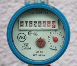 Darstellung eines Ziffernblattes eines Wasserzählers/Wasseruhr in einem Garten Haustechnik-Wissen
