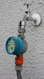 Darstellung eines Wasserzählers/Wasseruhr in einem Garten Haustechnik-Wissen